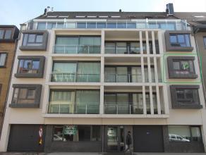 Instapklaar appartement gelegen op de 2e verdieping van de recente residentie 'Azure' omvattende een inkomhall met afzonderlijk toilet, zeer ruime zon