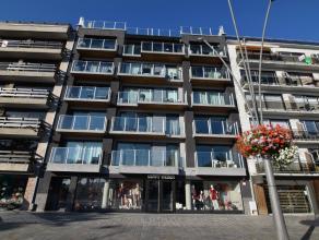 Het appartement is afgewerkt met onderhoudsvriendelijke en luxueuze materialen.Het omvat:Een ruime en zonnige woonkamer met aansluitend een terrasEen