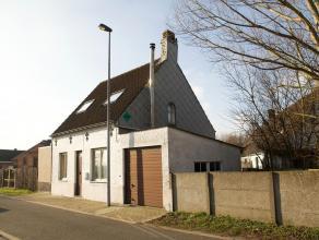 Alleenstaande landelijke woning (knus ingericht * enkel de garage en buitengevels moeten nog wat gerenoveerd worden), met afgesloten parking (voor 3 a