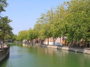 Het duplex appartement is gelegen aan het water in het centrum van Brugge. Het appartement bestaat uit 2eV: woonkamer en eetplaats met aansluitend het