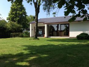 Prachtig gelegen laagbouwvilla met 4 ruime slaapkamers op 2.047m² te Ichtegem. Woning ingedeeld woonkamer (parketvloer), ingerichte keuken, badka