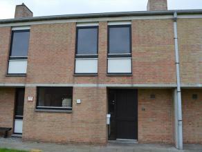 Woning gelegen nabij het centrum van Gistel. Rustige locatie. Het pand omvat een lichtrijke keuken, ruime woonkamer met kachel, wasplaats, badkamer me