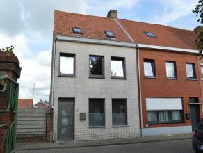 Gesloten bebouwing met 4 slaapkamers gelegen op 136 m², nabij het centrum van Gistel. Woning is ingedeeld op het gelijkvloers met inkomhal, woonk