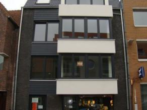 Appartement (3de verdieping) op zeer centrale ligging te Gistel. Voorzien van mooie living met open keuken, ruime slaapkamer, badkamer met douche en k