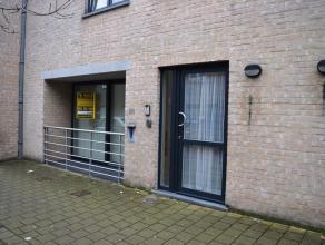 Lichtrijk gelijkvloers appartement te huur nabij centrum van Gistel. Het pand omvat een ruime woonkamer, keuken (ingericht met toestellen), 2 slaapkam