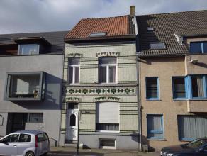 Ruime woning met 3 slaapkamers in het centrum van Gistel. Woning is ingedeeld met oa. Inkomhal, grote woonkamer (36m²), keuken, badkamer met douc