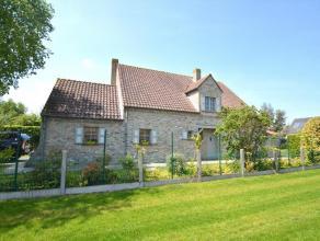 Prachtige villa in landelijke stijl op 811 m² te Gistel. Deze woning is ingedeeld op het gelijkvloers met een ruime inkomhal met apart toilet, ru