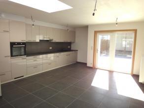 Deze ruime energiezuinige woning (185 m² bewoonbaar) gelegen in het centrum van Wevelgem is recent volledig gerenoveerd. Indeling:Benedenverdiepi