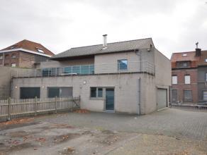 Heel ruime luxueus afgewerkte woning op een topligging in Kortrijk vlakbij R8 en E17.Ruime inkom met apart toilet, bureau, heel ruime keuken, prachtig