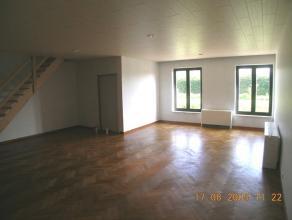 Gelijkvloers appartement met hall, living, volledig ingerichte keuken, 2 bergingen beneden, badkamer met ligbad en lavabomeubel, 2 slaapkamers en berg