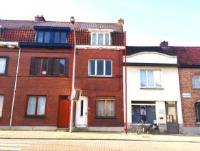 Degelijke en reeds goed ingedeelde gezinswoning om te renoveren : inkomhal, leefruimte, achter keuken met zicht op stadstuintje, ruime badkamer op het