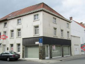 Heel centraal gelegen te renoveren HOEKWONING te Wakken (Dentergem) bestaande uit : - winkelruimte, bureel of praktijkruimte - inkomhall - living met
