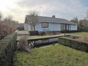 Residentieel gelegen villa te Rumbeke - vlakbij Sterrebos - omvattende : - inkomhal met parketvloer en apart toilet - ruime lichtrijke living (ca.54m&