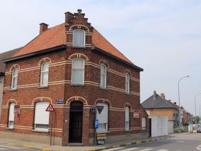 Ref. 217033 - Statige hoekwoning met tal van (bestemmings-)mogelijkheden vlakbij het centrum van Emelgem (deelgemeente Izegem). Het huis is structuree