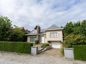 Deze zeer goed onderhouden woning omvat inkom met apart toilet, ruime en glasrijke woonkamer met houtcassette en met achteraan uitzicht op de tuin, ke