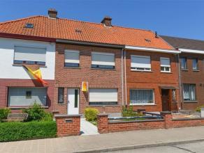 Op te frissen rustig gelegen rijwoning te Wevelgem - De woning werd als volgt ingedeeld: Inkom, leefruimte, keuken met naastgelegen ruime bijkeuken. G