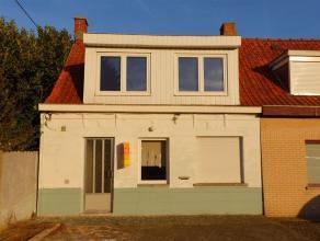 Toffe Gerenoveerde half open bebouwing met 4 slaapkamers op zeer rustige ligging in de dorpskern. Gelegen in een doodlopende straat nabij het centrum