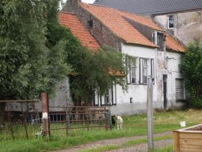 Droom je van een landelijk gelegen woning? Ontdek dan deze te renoveren hoeve op 10ha 90ca (verpacht), met aanpalende stallingen. Er is ook mogelijkhe