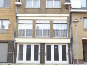 Gelijkvloers :De woning omvat op het gelijkvloers 2 garages, elk voorzien van een manuele poort, een berging, een 1ste keukenruimte en een mooie kamer