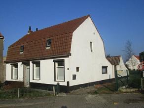 Woning met tuin en garage in een rustige landelijke omgeving, als hoofdverblijfplaats of vakantiewoning. De woning bestaat uit een living, een voorpla