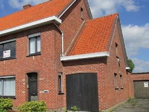 Mooie woning met grote tuin en twee garages in een rustige woonwijk. Men komt het huis binnen langs de inkom en komt van daar in de ruime living en de