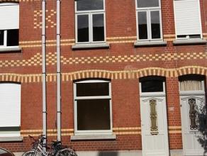 Woning gelegen in de Groenestraat 112 en bestaande uit: eetplaats, salon, keuken, wasplaats, badkamer, nachthal, 3 slaapkamers, geïsoleerde zolde