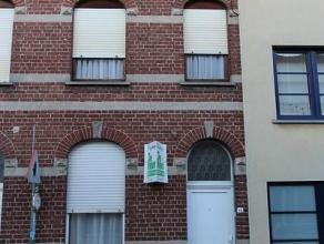 Rijwoning in het centrum van Roeselare, bestaande uit: voorplaats, living, keuken, badkamer, 3 slaapkamers, zolderruimte, koer, grote bergruimte. Vrij