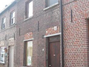 Rijwoning met terras en tuintje. Op het gelijkvloers: inkom, apart toilet, ruime living met open keuken (voorzien van aansluiting TV en telefoon), ber