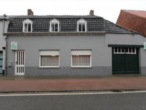 Deze woning is gelegen op een grondoppervlakte van 646 m² te Ichtegem, en bestaat uit: inkomhal - living (4m x 7m) - keuken (5m x 3,85m) - grote