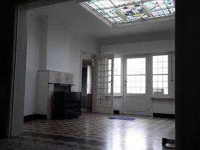 Woning gelegen in de Diksmuidsesteenweg 16 en bestaande uit: inkom - voorkamer - woonkamer - nieuwe keuken - kelder - badkamer met ligbad - koer met b