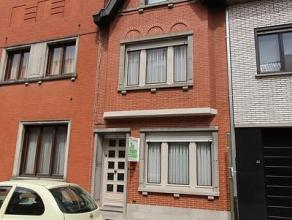 Deze instapklare rijwoning is gelegen in het centrum van Roeselare en bestaat uit: inkomhal - bureau - berging - salon - eetplaats - ingerichte keuken