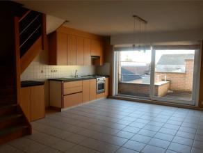 Gezellig appartement in twee niveaus in een kleinschalig appartementsgebouw en met een zuidgericht terras. NIVO 1: living met ingerichte open keuken m