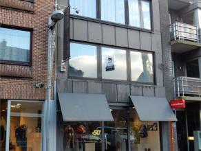 Goedgelegen en verzorgd appartement in de centrumstraat van Tielt. Indeling : inkom met vaste kastenwand, ingerichte open keuken met nieuwe toestellen