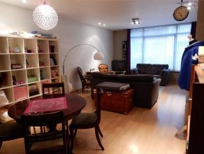 Gelijkvloers appartement met 1 slaapkamer. Indeling: inkom, living in laminaat, volledig ingerichte open keuken, toilet, berging, badkamer en 1 slaapk