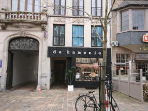 Deels vernieuwd appartement met zicht op de Markt van Tielt, bestaande uit: - inkom - vernieuwde leefplaats met open nieuwe keuken (oven, kookplaten,