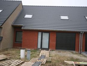 Rustig gelegen - volledig instapklare - nieuwbouwwoning bestaande uit: GELIJKVLOERS: - inkom - toilet - leefplaats - ingerichte ruime keuken (oven, ko