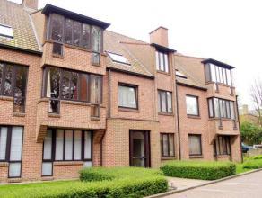 Rustig gelegen appartement met 2 slaapkamers en garage in centrum Tielt. Het appartement is gelegen op de bovenste verdieping en is toegankelijk via d