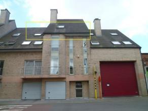 Ruim één- slaapkamerappartement met garage in het centrum van Tielt. Bestaat uit:Ruime living met eet- en zithoek, open keuken, bureauru