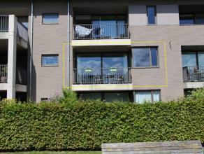 Stijlvol appartement met terras achteraan, op het eerste verdiep. Goede verbinding naar omliggende gemeentesen het centrum van Tielt. Lokale han