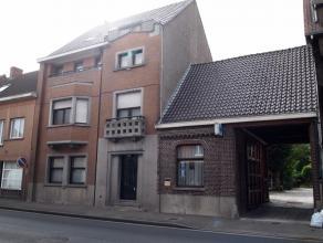 Deze karaktervolle woning is gelegen in het centrum van Olsene. Achter de gevel valt heel wat te ontdekken: Er zijn 6 zes kamers aanwezig, een enorm g