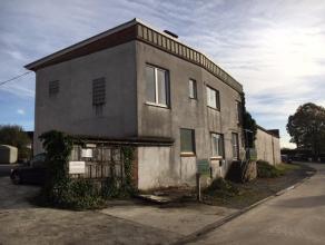 Verrassend ruime woning op 730 m² met aanpalend magazijn van 105 m², en achterliggend groot magazijn van 240 m².Beschrijving:Woning met
