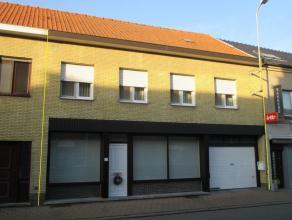 Deze ruime, warme en gezellige woning (10m façade) is perfect onderhouden en instapklaar. Er zijn 5 volwaardige slaapkamers, een ruime garage m