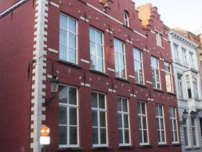 Deze exclusieve eigendom betreft een volledig gerenoveerd en gerestaureerd historisch pand gelegen pal in het centrum van Brugge. Op wandelafstand van