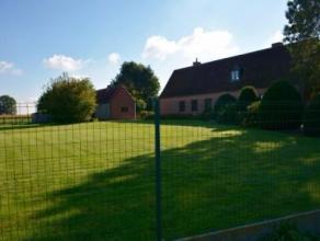 Ruime, alleenstaande woning met grote tuin en meegaande grond (1.927 m²).De woning bestaat uit: Op het gelijkvloers: inkomhal met trap naar 1ste