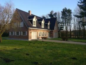 Zeer rustig gelegen statige villa-woonst te Wingene op ruim 15.000 m².Deze goed onderhouden woning beschikt op het eerste verdiep over een zeer r