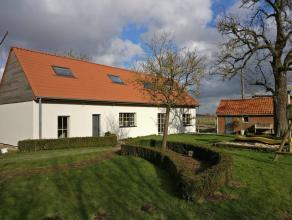 Op zoek naar een volledig vernieuwde landelijke woning op een oppervlakte van 7.206 m² met verzicht en omgeven door het groen?Deze woning heeft e
