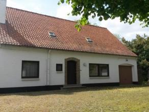 Deze voormalige karaktervolle pastorij is gelegen op een prachtig stuk grond van meer dan 5700m² in het hartje van Wortegem-Petegem. Via een impo