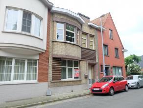 Deze gerenoveerde woning is gelegen vlakbij het station en vele invalswegen van Waregem. De woning bestaat uit een inkomhal, ruime woonkamer, volledig