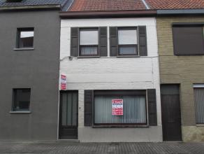 Deze centraal gelegen woning te Zulte-Olsene zoekt nieuwe eigenaars. De woning beschikt op het gelijkvloers over een ruime living met een kachel op aa