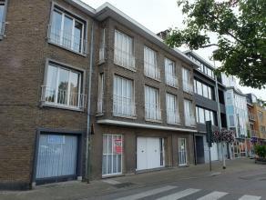 In het centrum van Deinze vinden we nabij vele winkels dit ruime gelijkvloersappartement. Het appartement omvat een inkom, ruime woonkamer, volledig i